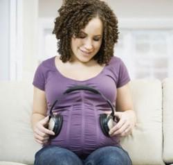 Беременная разговаривает с ребенком в животике
