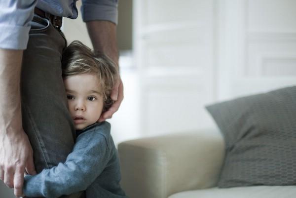 Ребенок боится чужих