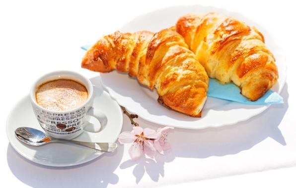 Французский завтрак: круассаны с кофе