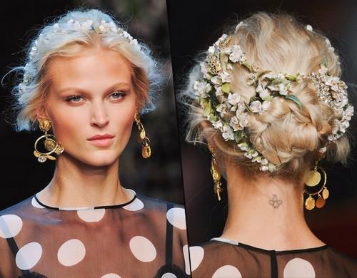 Высокая прическа с цветочным венком с показа Dolce & Gabbana. Пошаговая инструкция по выполнению прически
