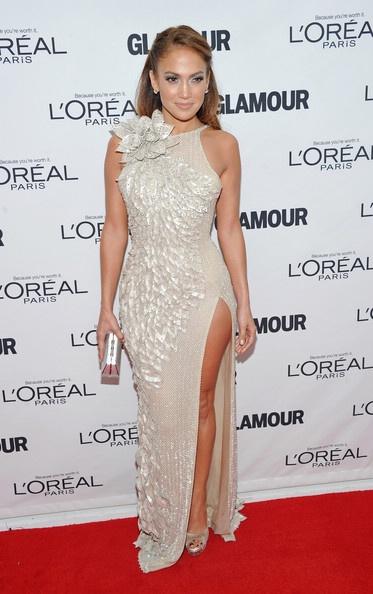fd8a3011abb Дженнифер Лопес примерила на себя длинное платье с высоким разрезом из  блестящей ткани и украшенное большим цветком можно назвать произведением  искусства.