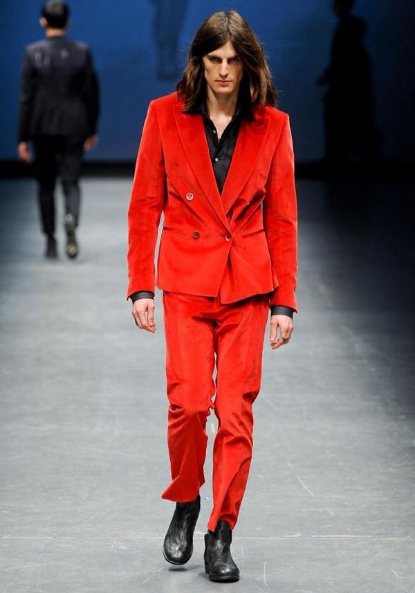 На фото: Тенденции мужской одежды: бархатные пальто и жакеты осенне-зимнего сезона 2012-2013