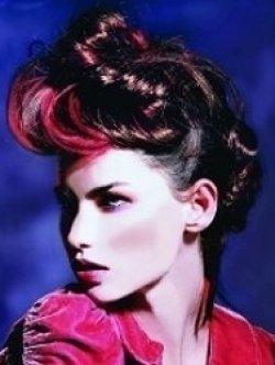 Красные колорированные пряди на темных волосах